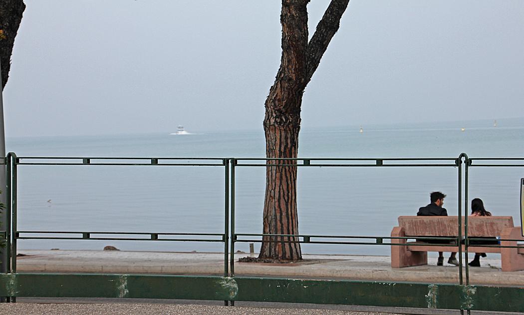 Dimman låg tät över Gardasjön denna dag.