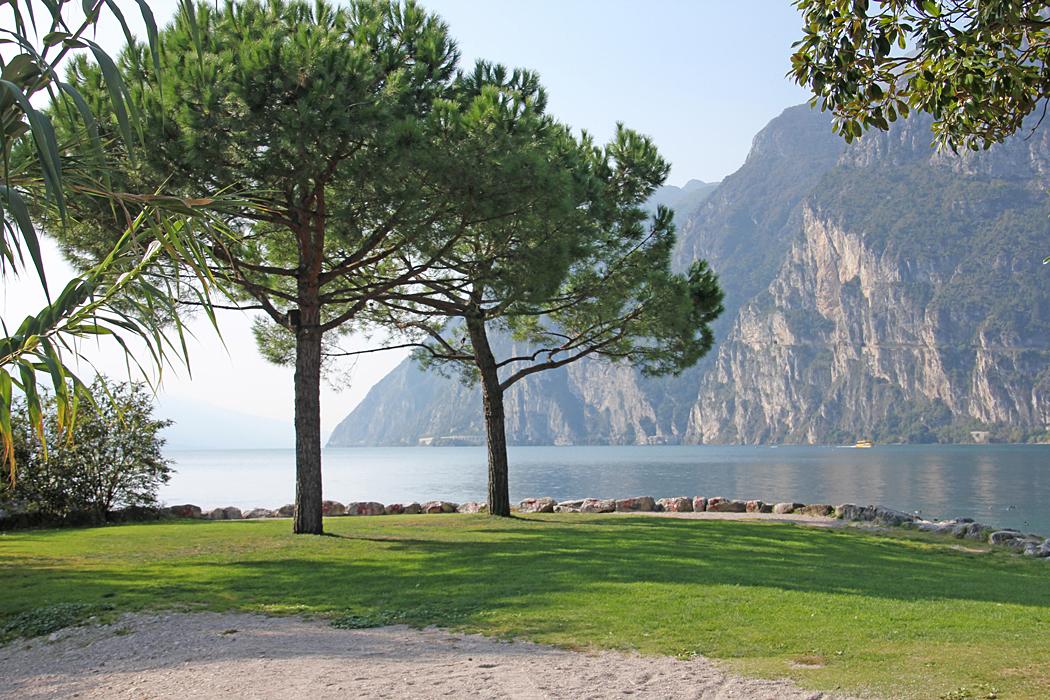 Strandpromenaden in mot centrum av Riva del Garda