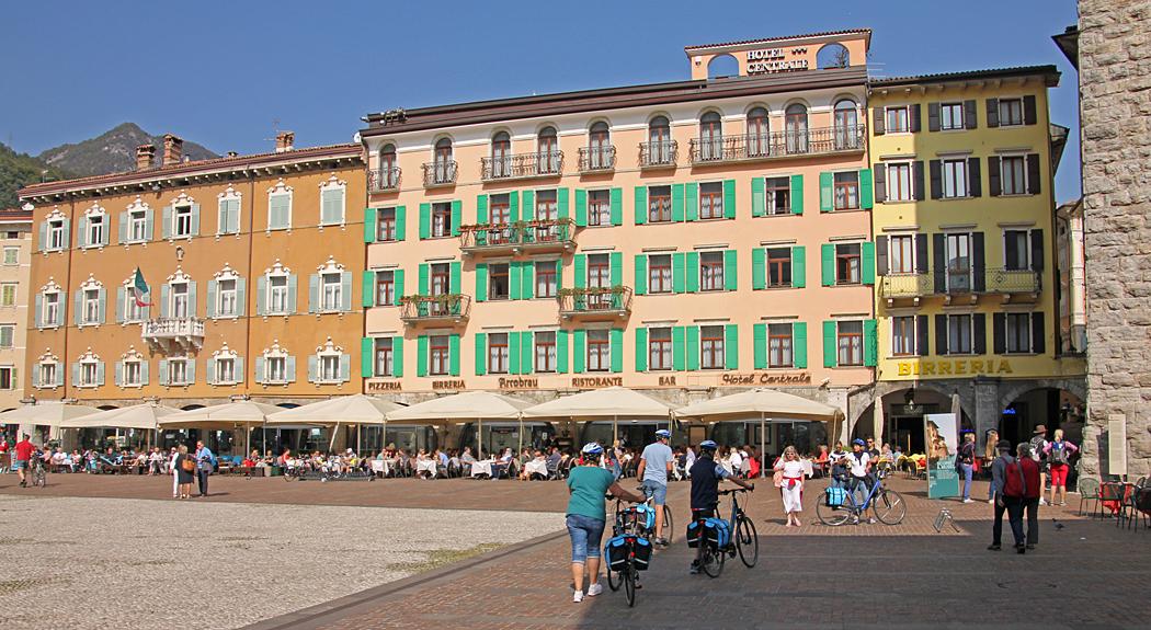 Många restauranger vid torget.