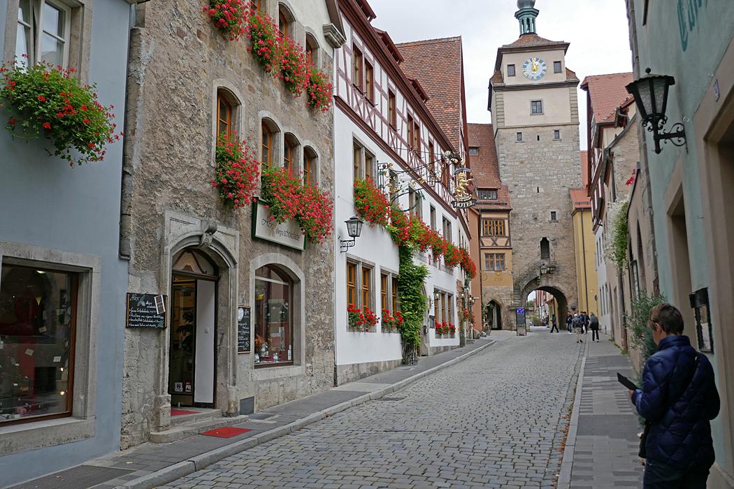 Blomsterprydda fasader längs gatorna bidrar till det vackra intrycket.