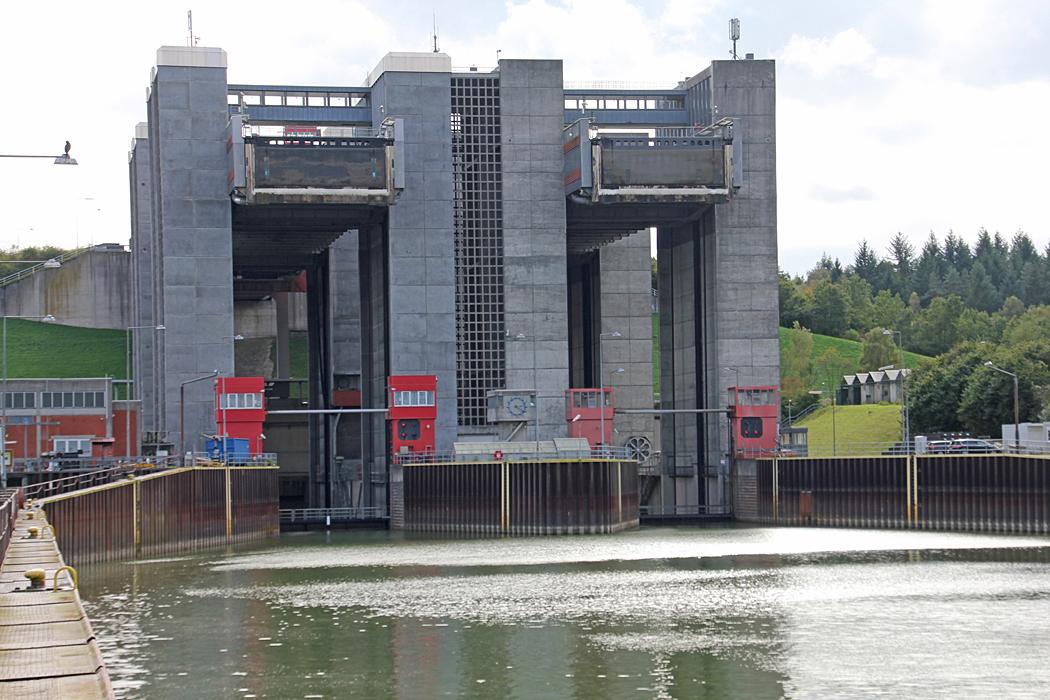 Båtlyftanläggning i Elbe-Seitenkanal som förbinder floden Elbe med Mittellandkanalen