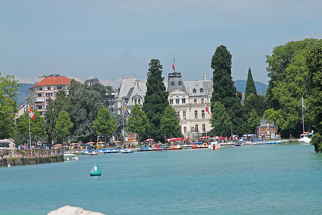 Annecy ligger vackert i norra änden av sjön.