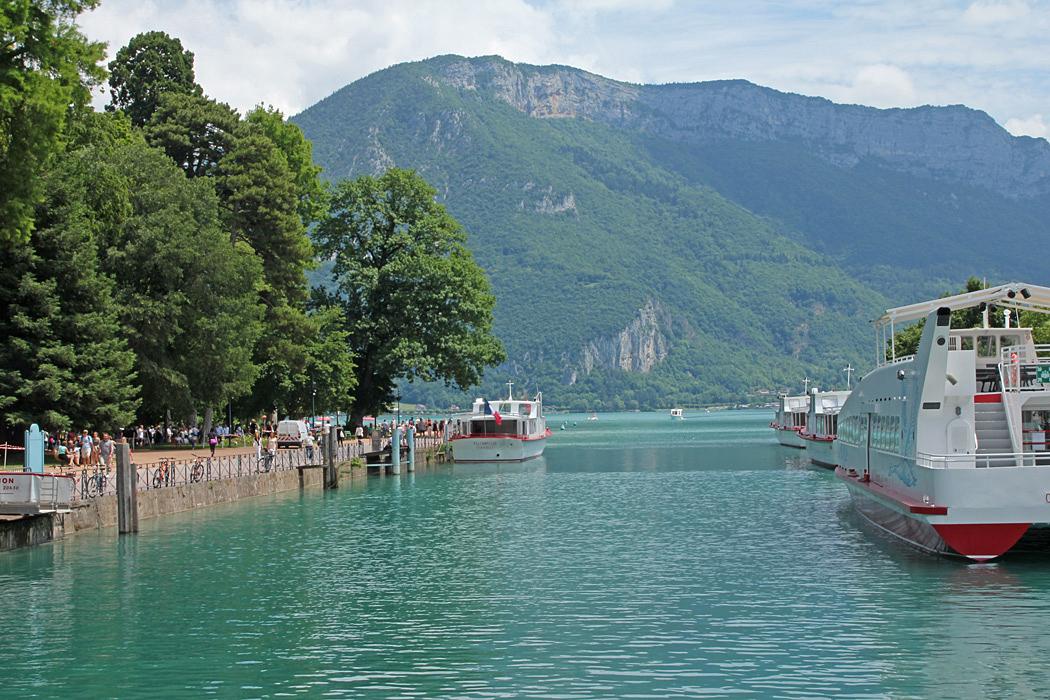 Här lägger turbåtarna till nära centrum av Annecy.