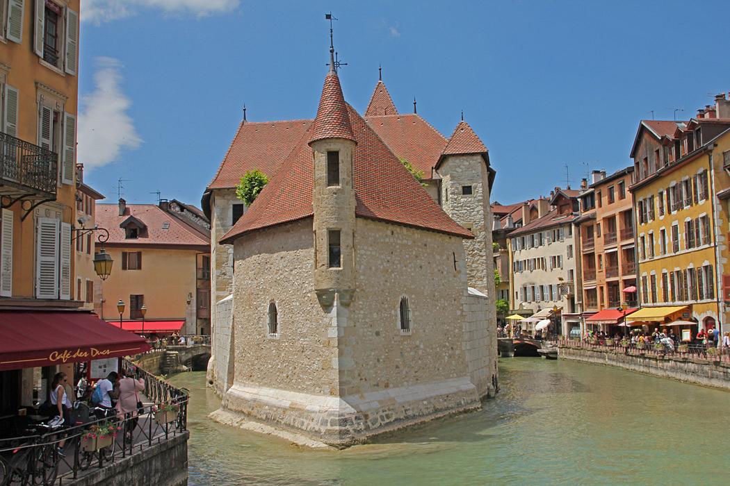 Vackert medeltida slott och fängelse mitt i Thiou-kanalen, och nu även ett konst- och historiemuseum.
