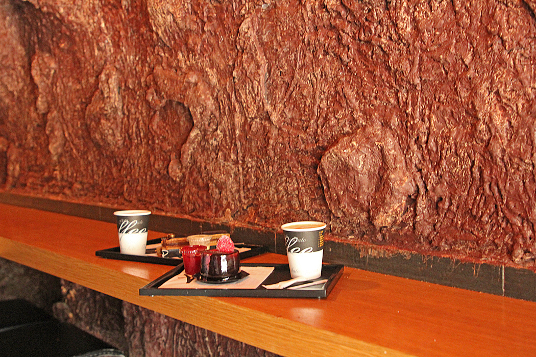 Godsakerna kan avnjutas i ett rum utformat som en chokladgrotta med väggar av 1,5 ton äkta choklad.