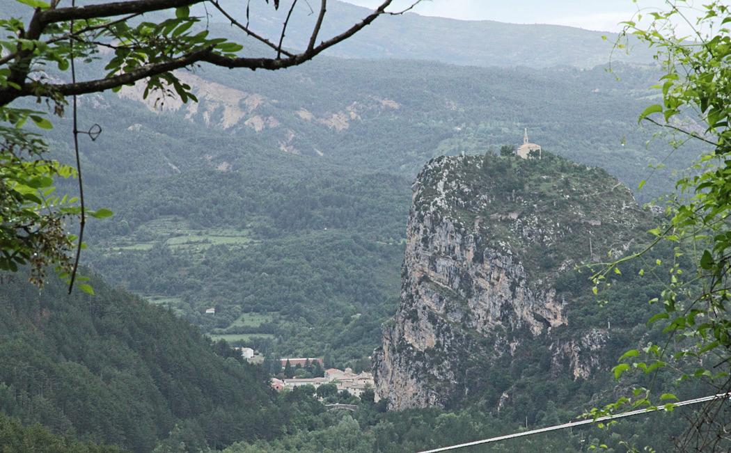 Där nere vid foten av klippan ligger ställplatsen i Castellane.
