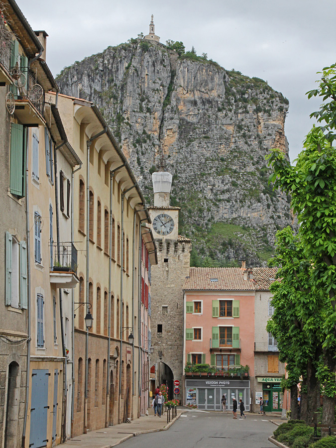 Det lilla kapellet högt uppe på klippan i Castellane syns lite varstans från byns gator.