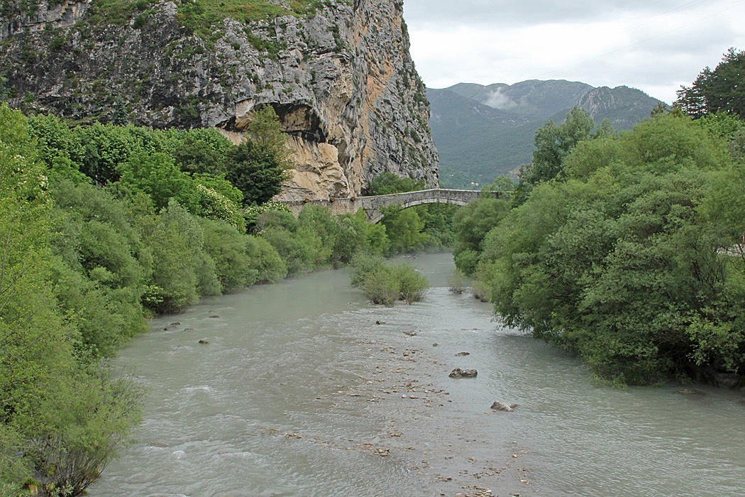 Vy från ställplatsen i Castellane som ligger vid en liten flod och alldeles vid byn.