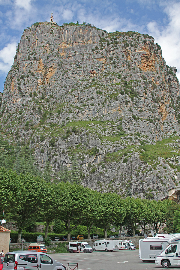 Ställplatsen i Castellane ligger direkt i anslutning till centrum och nedanför den höga klippan.