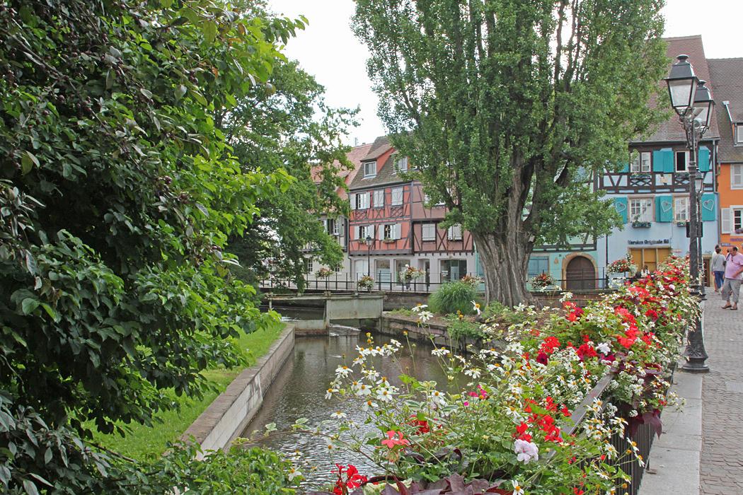 Blomsterprydda broar finns det många i Colmar.