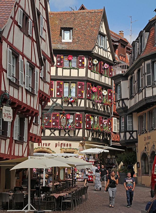 Blomsterprytt korsvirkeshus i Colmar som är beläget i Alsace, Frankrike.