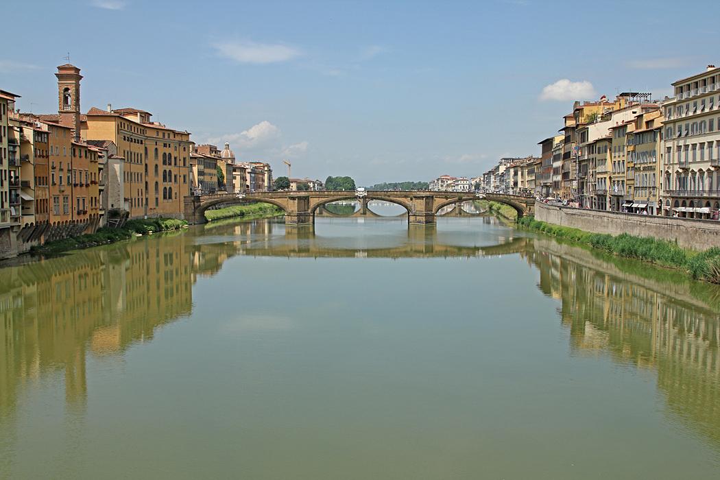 Över floden Arno i Florens leder sex broar.