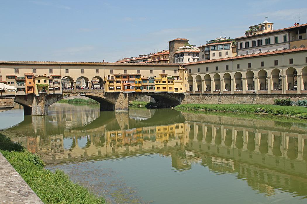 Ponte Vecchio är en känd bro från medeltiden som går över floden Arno i Florens, Italien.