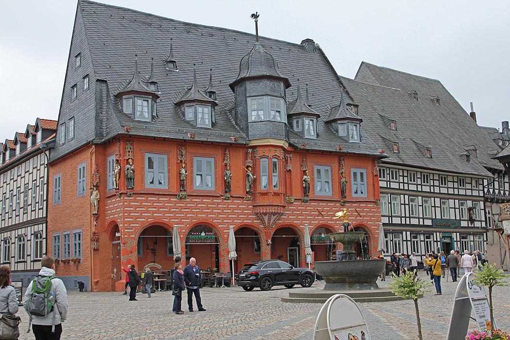 En vacker byggnad som inrymmer ett hotell i Goslar.