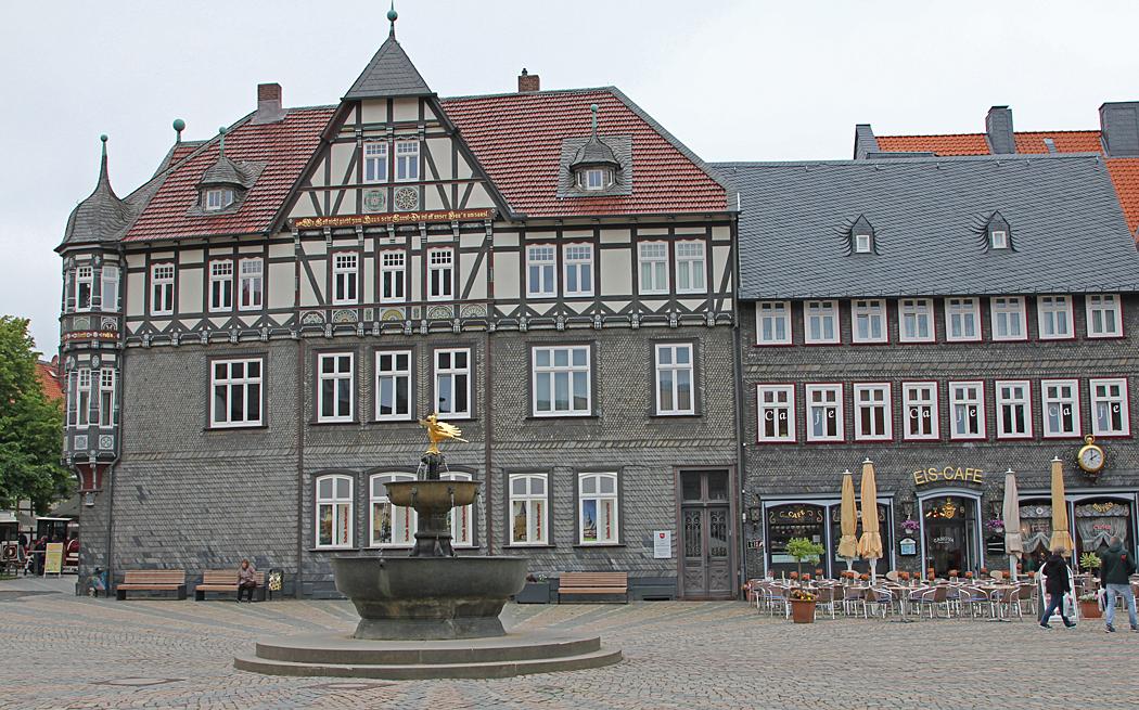 Vackra korsvirkes hus vid torget i Goslar.