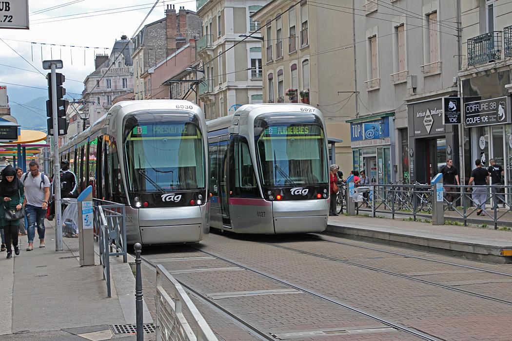 Moderna spårvagnar trafikerar gatorna i Grenoble.