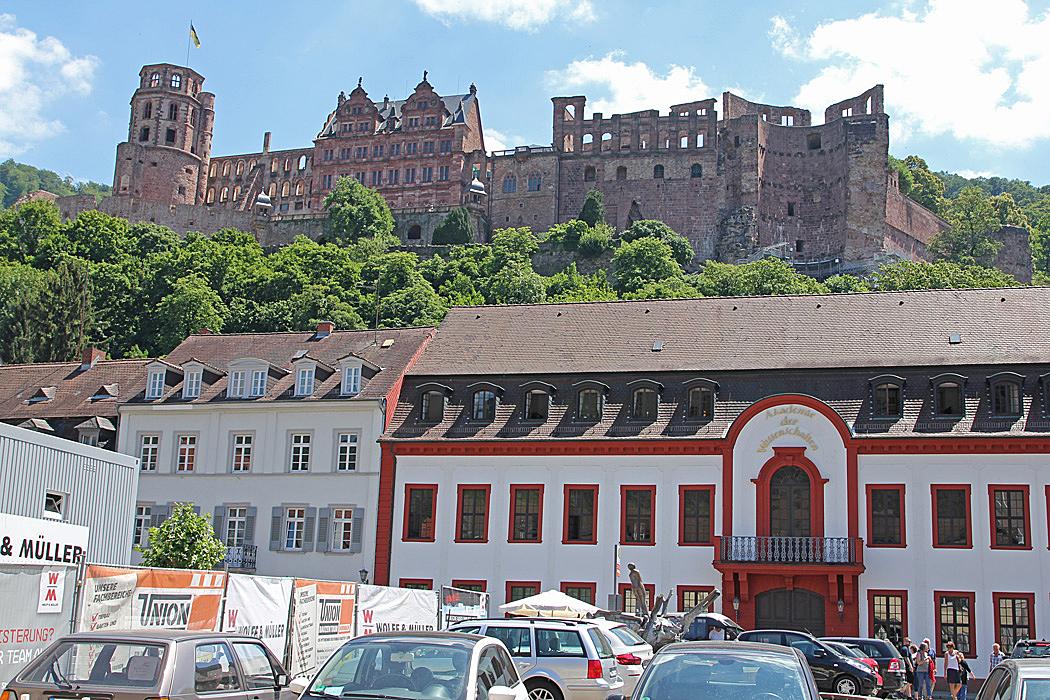 Slottsruinen reser sig högt ovanför gamla staden.