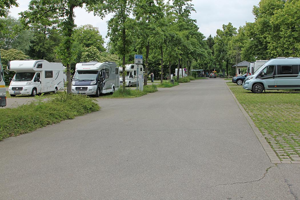Ställplatsen i Lindau är en mixparkering med betalautomat.