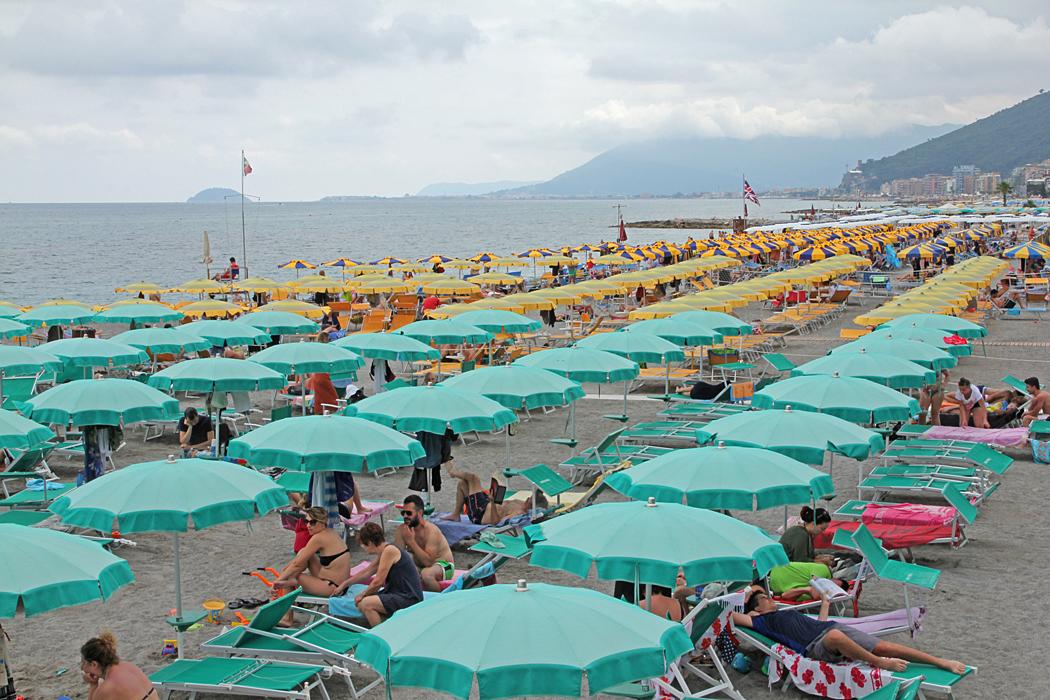 Strandparasoller i Loano.