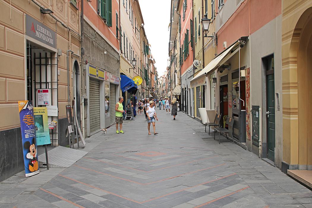 Shoppinggatan gick parallellt med strandpromenaden.