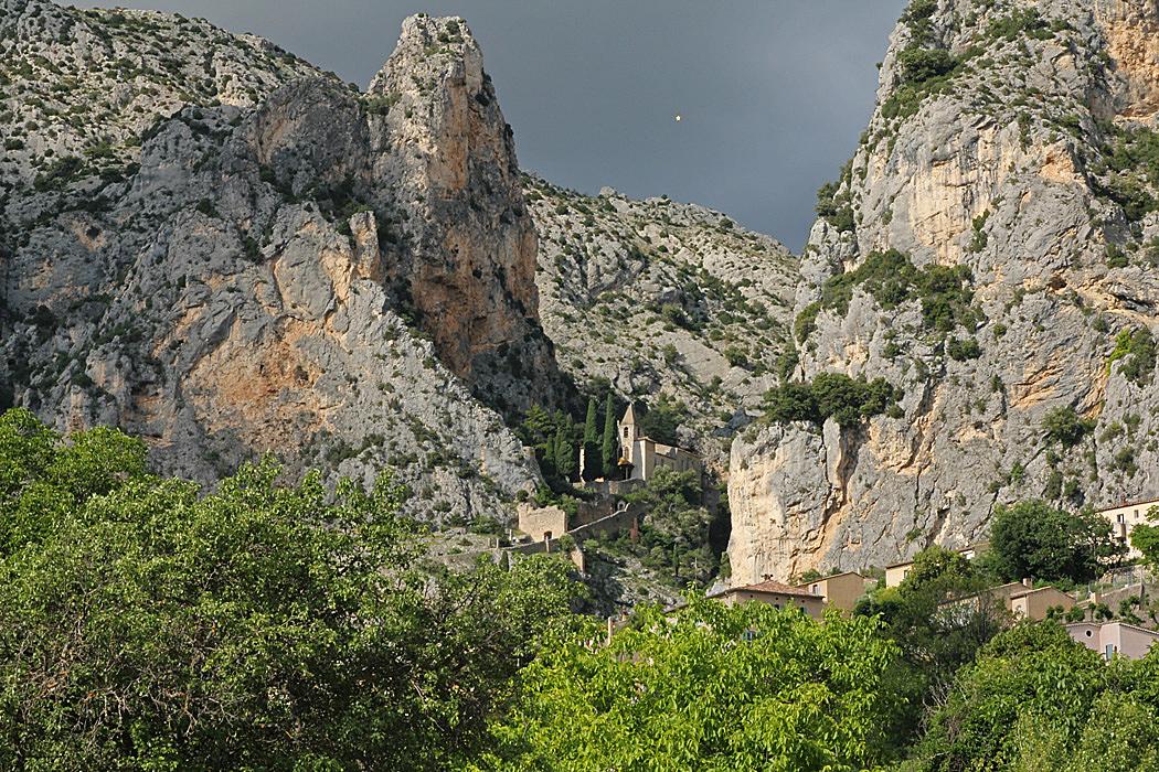 Här ovanför byn Moustiers-Sainte-Marie ligger kapellet.