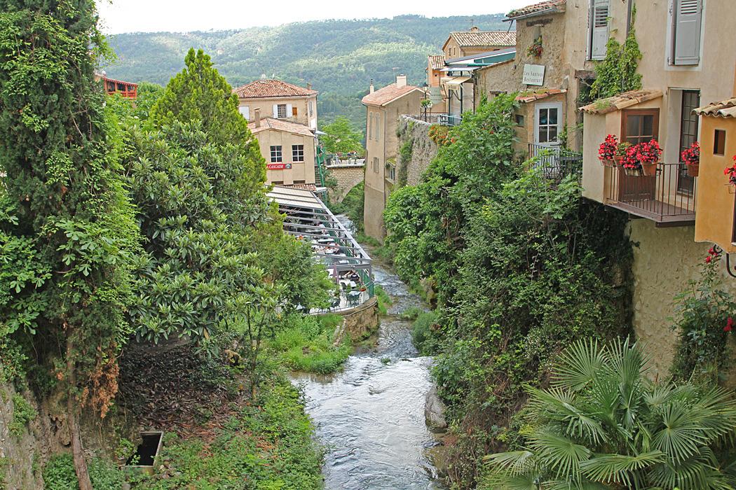 Moustiers-Sainte-Marie delas av den lilla floden som forsar utför berget.