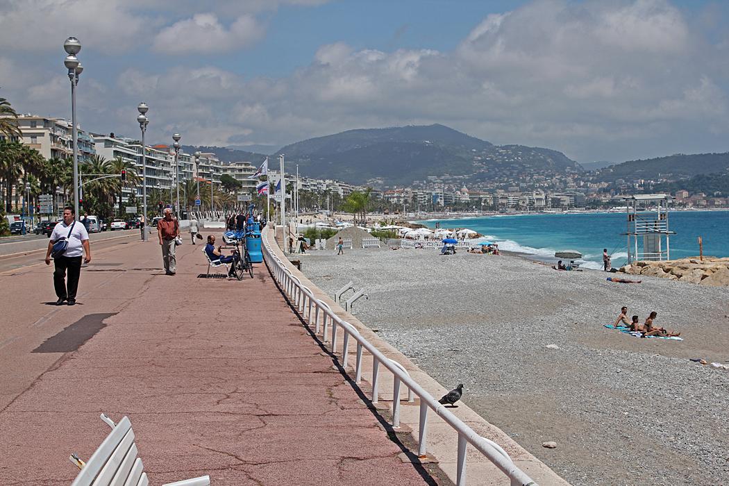 Strandpromenad med cykelbana och stranden i Nice.