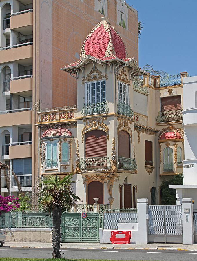 Ovanligt inslag bland vanliga hus längs strandgatan.