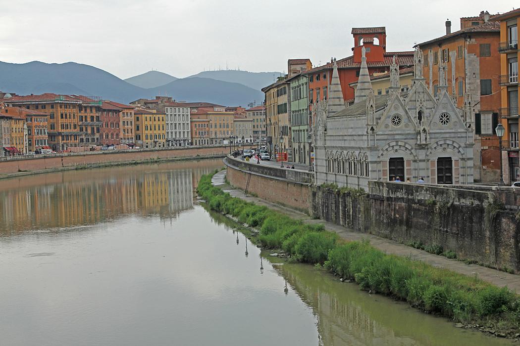 Floden Arno med templet Santa Maria dela Spina från 1200-talet.