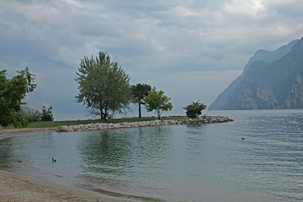 Utsikt från strandpromenaden i Riva del Garda.