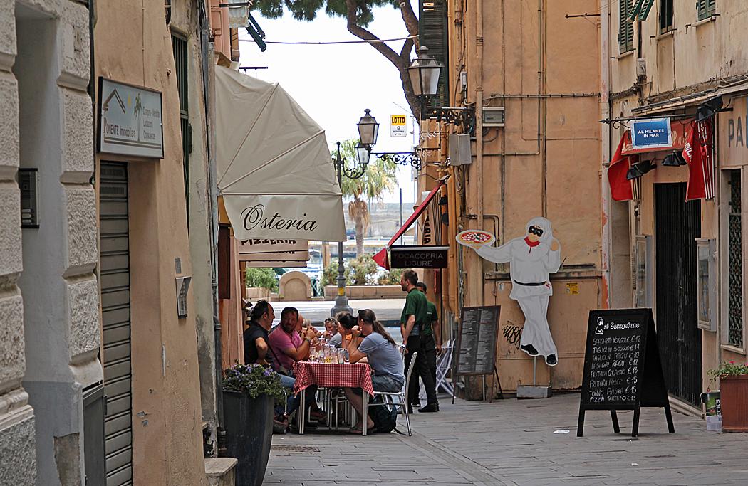 En mysig servering i en av Sanremos gränder.