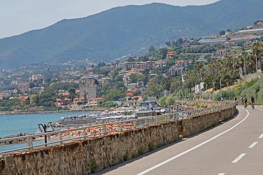 Utsikt från den ca 25 kilometer långa cykelvägen förbi Sanremo.