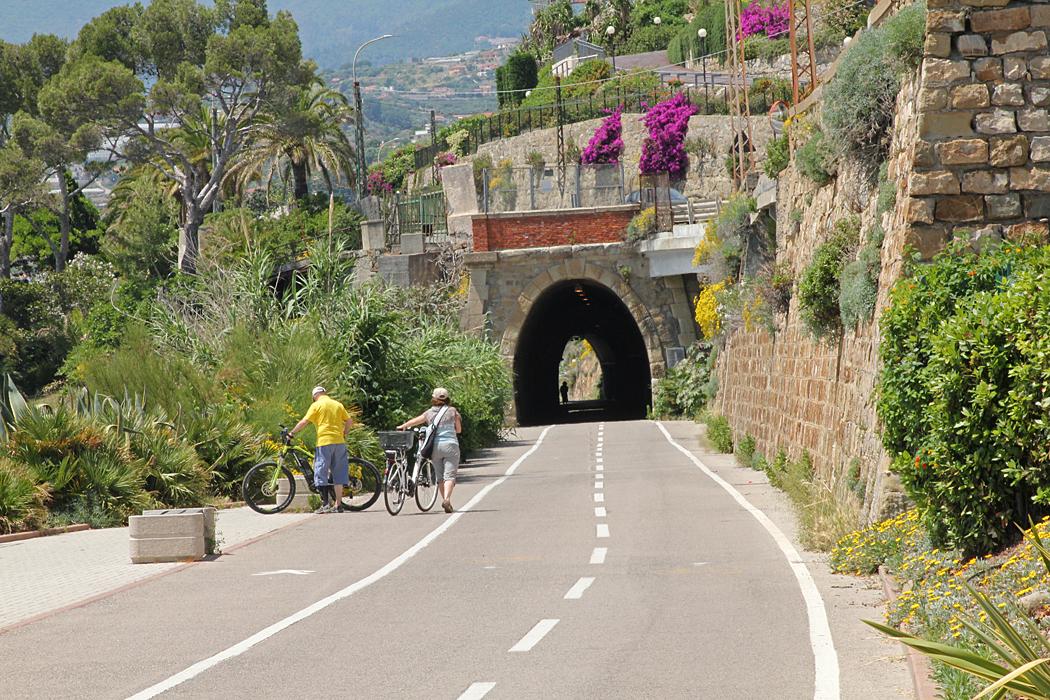 Cykelvägen som följer det gamla järnvägsspåret har flera tunnlar.