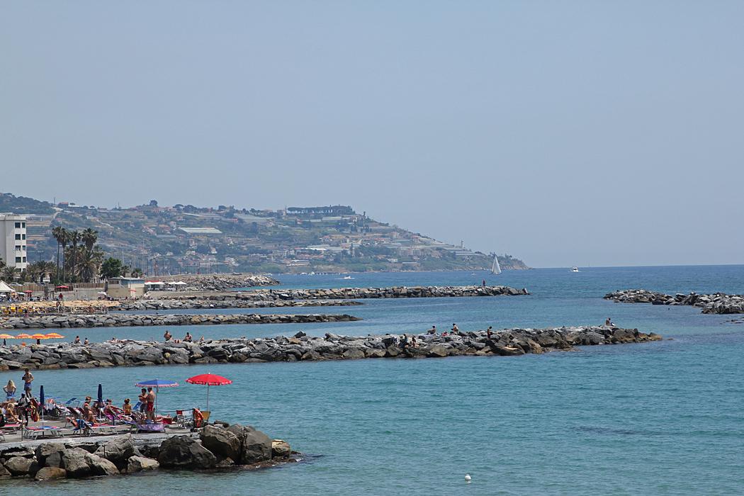 Utsikt från cykelvägen på väg in mot centrum i Sanremo.