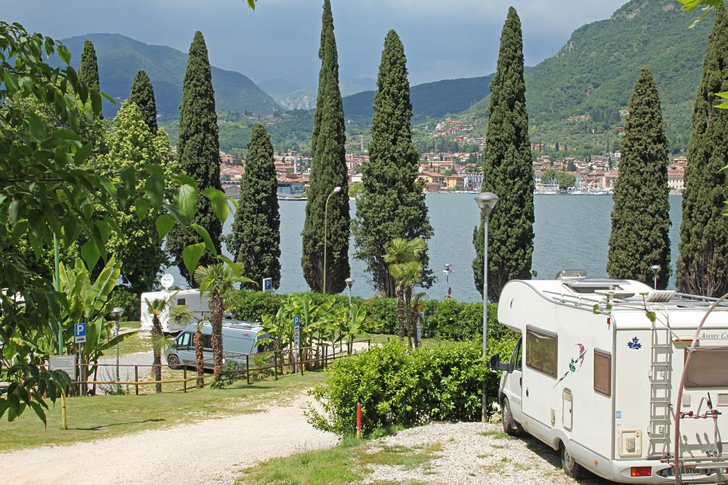 Ställplatsen i Salò ligger vackert med utsikt över Gardasjön.