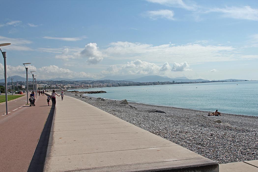 Strandpromenad och cykelbana in mot Nice i Villeneuve-Loubet.