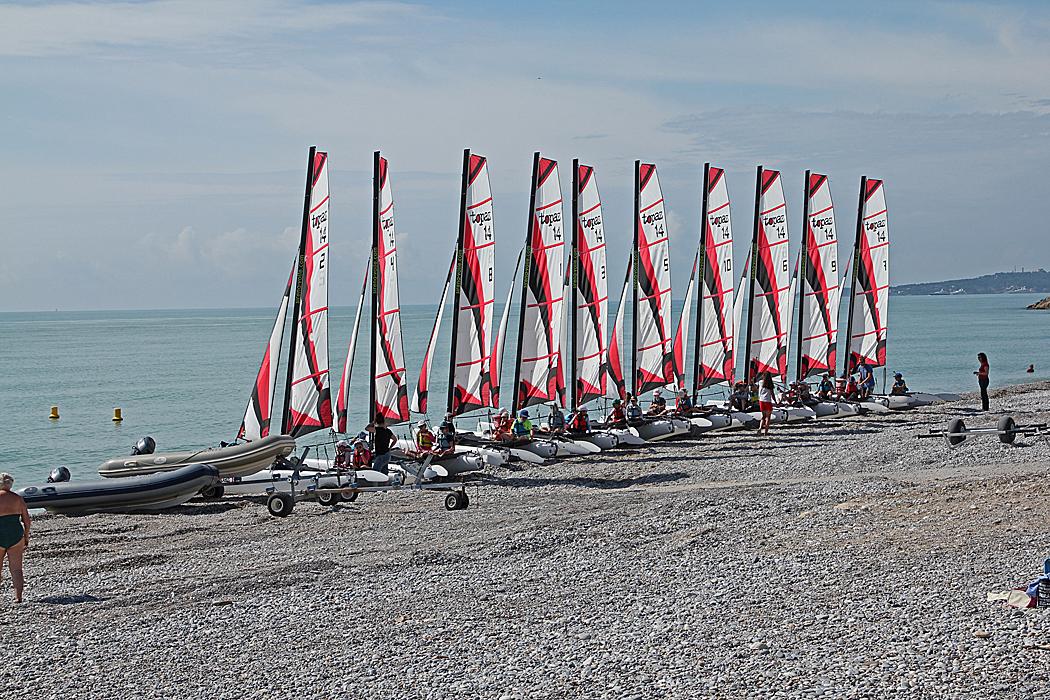 Hissade segel på stranden.