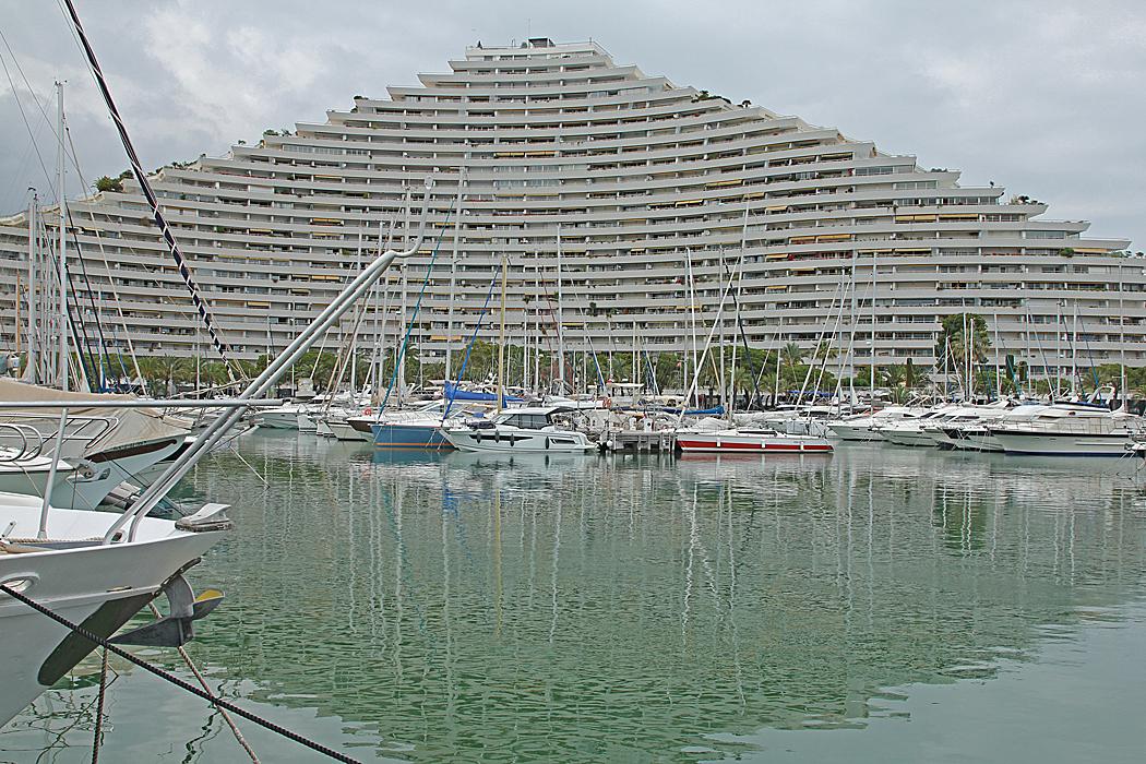 Lägenhetskomplex med utsikt över hamnen.