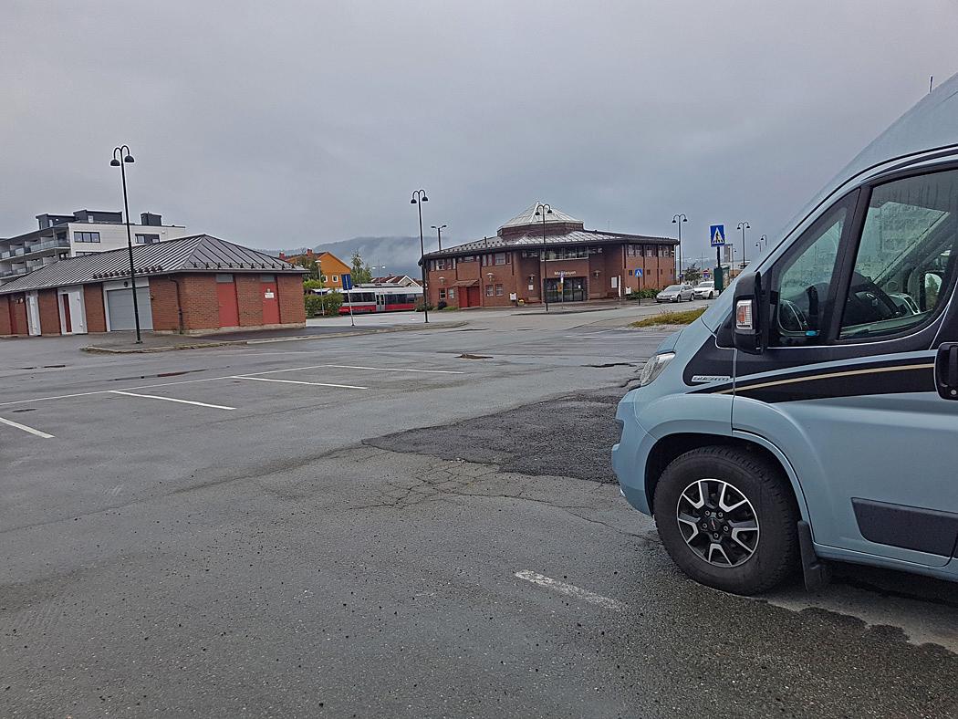 En parkeringsplats vid järnvägsstationen i Mo i Rana fick bli vår första övernattningsplats i Norge.