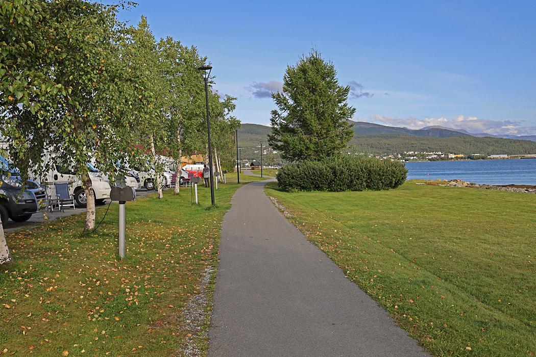 Ställplatsen i Fauske ligger direkt vid strandpromenaden.
