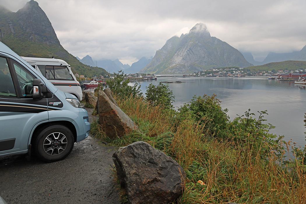 Parkering med utsikt över Reine.
