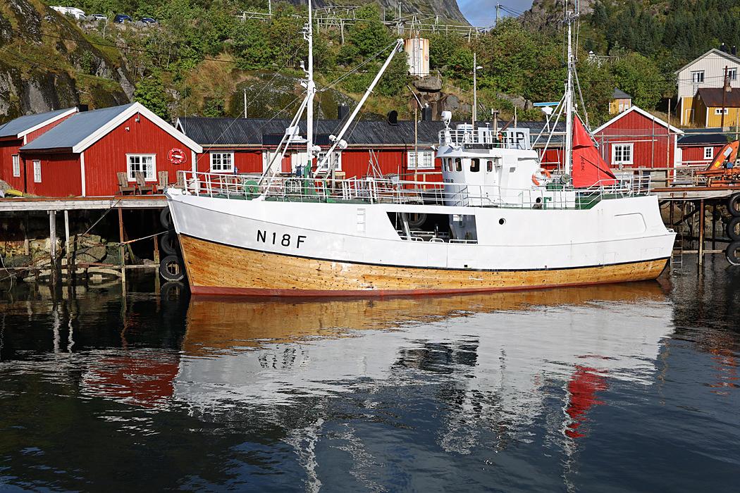 Fiskebåt vid kaj i den lilla fiskebyn.