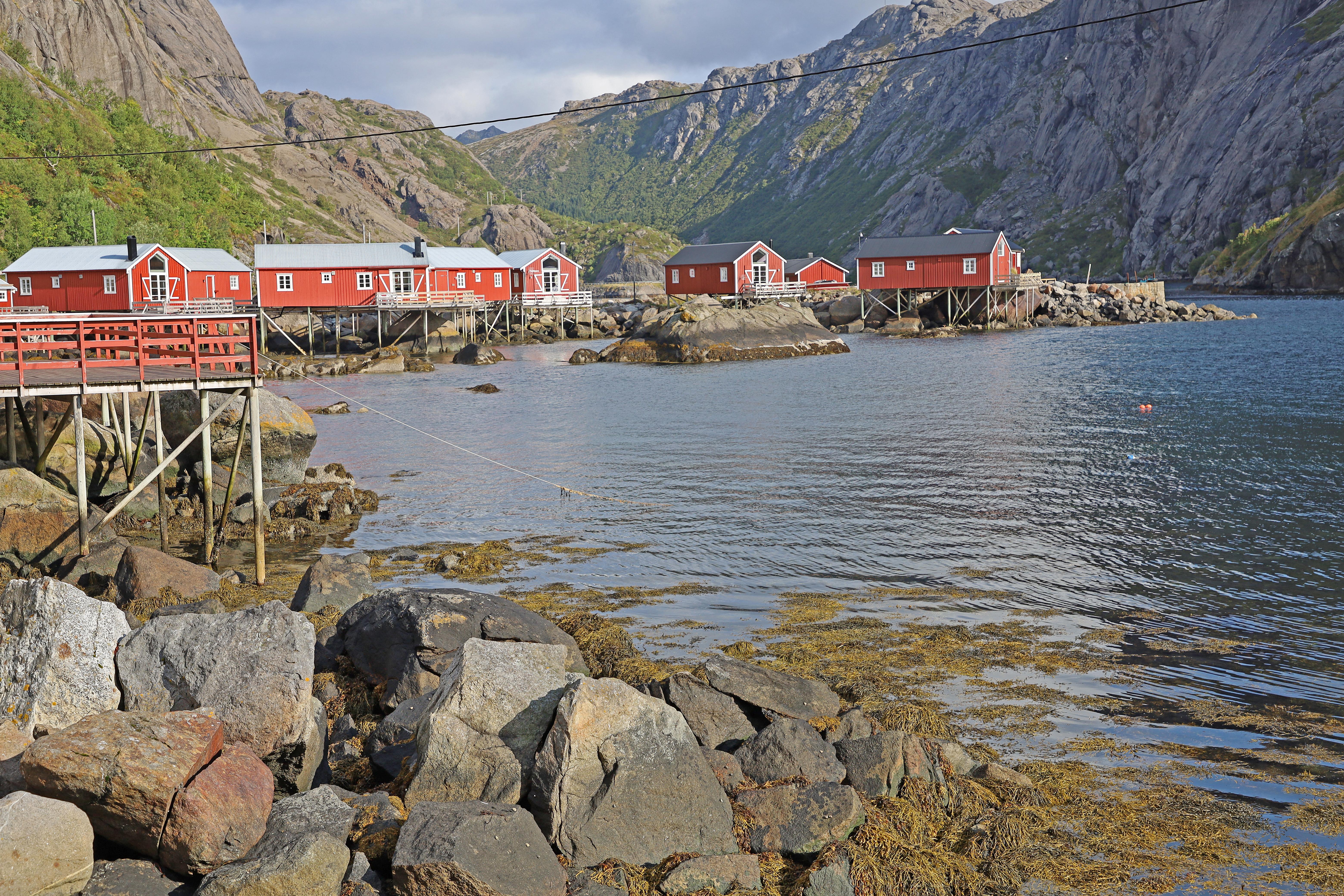 Fiskebodar i viken vid Nusfjord.