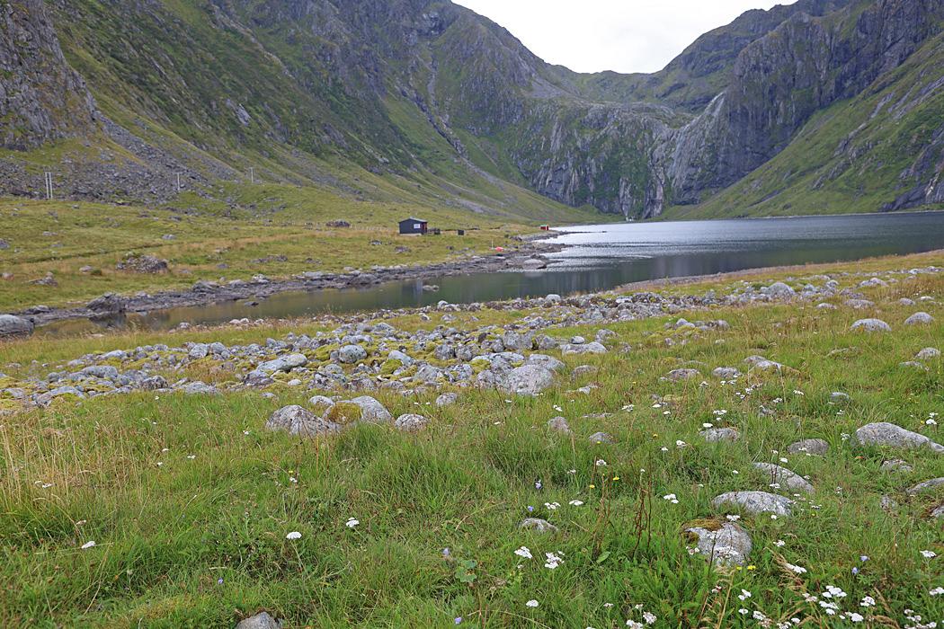 Nedre Heimredalsvatnet en liten insjö vid Eggum.