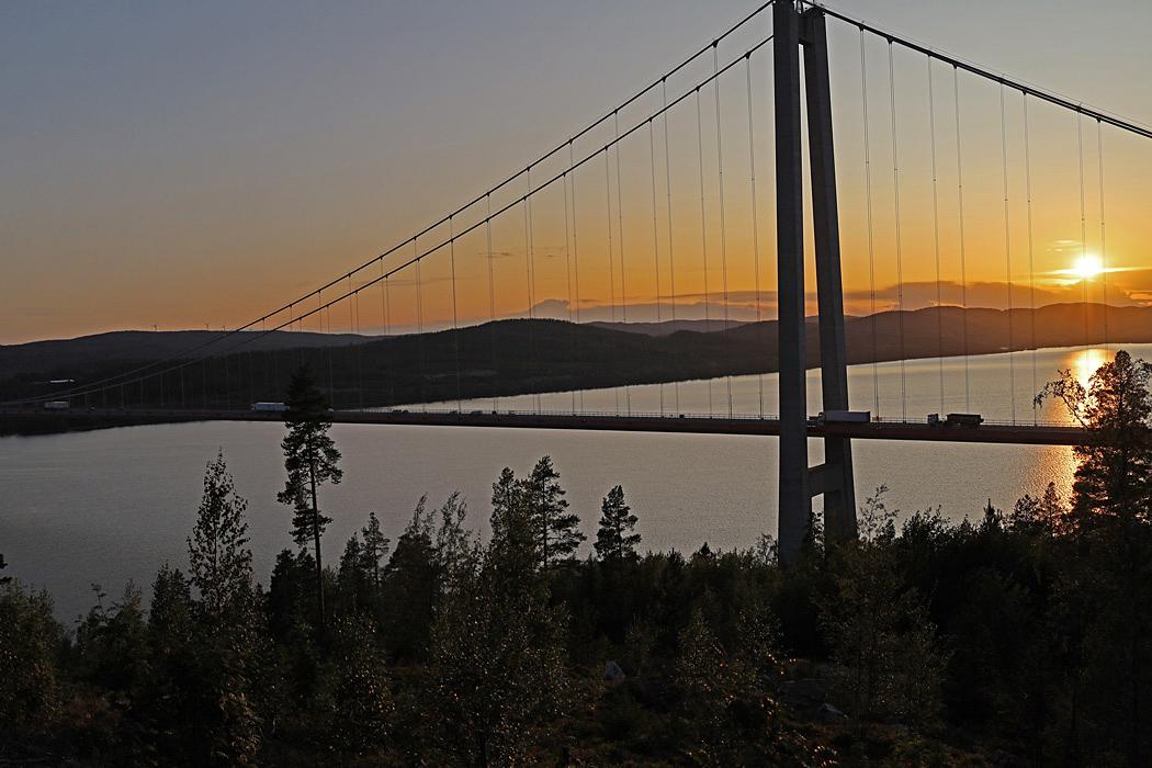 Utsikt över Högakustenbron vid solnedgången.