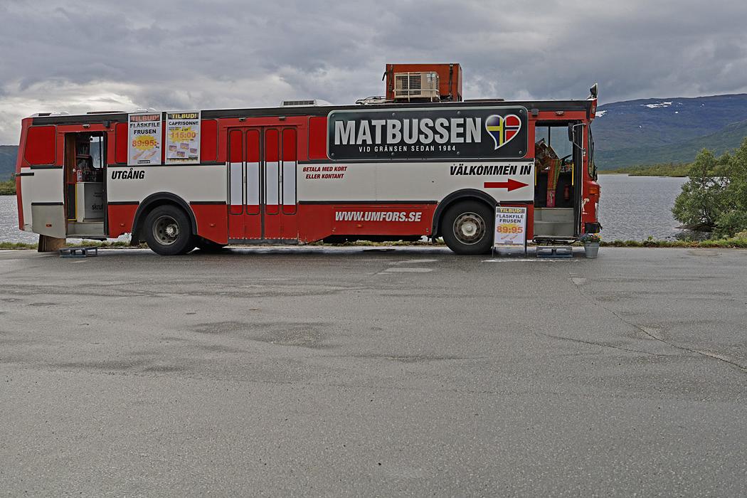 På svenska sidan av gränsen hade den här matbussen hittat en försäljningsplats.