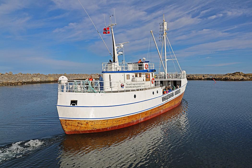 Båten som tar oss ut på havet för att spana efter Valar.