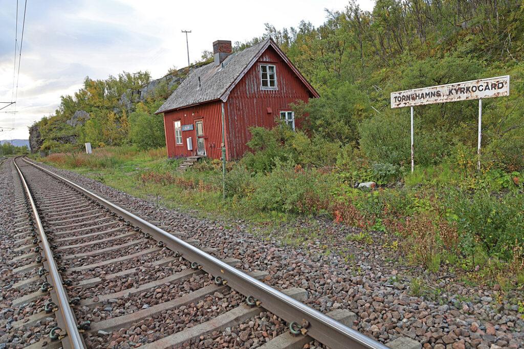 Tornehamns gamla stationshus vid rallarkyrkogården.