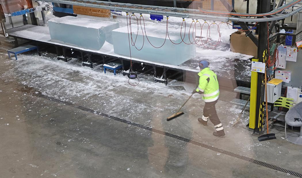 Här bearbetas stora isblock för att bli bland annat glas och tallrikar.