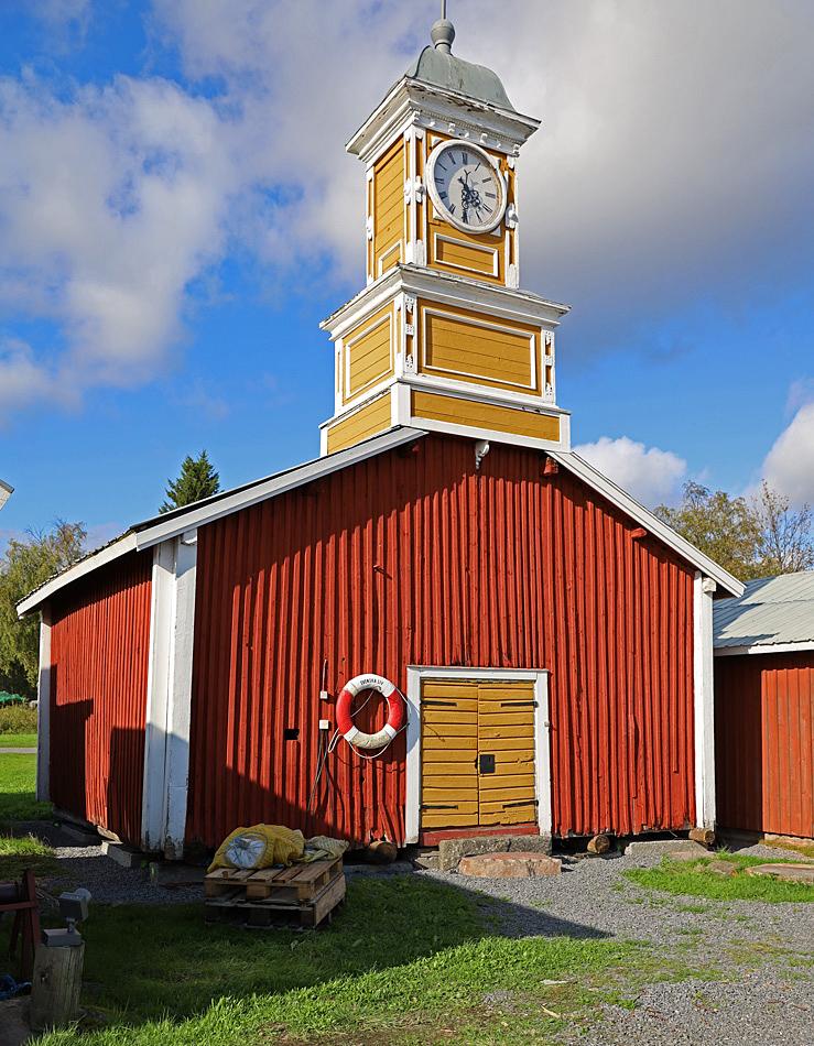 Klockstapel som är placerad på taket till en fiskebod i kulturbyn vid Kukkolaforsen.